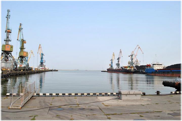 Элеватор в ейском порту для ленточных транспортеров